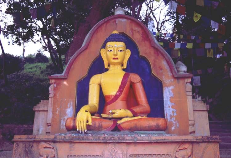 Один из трех Будд, ожидающих Вас на дороге к ступе.