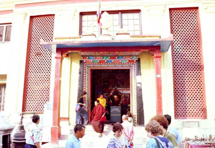 В Сваямбхунатхе есть монастырь.